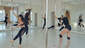 Grupo de mulheres latino-americanos que esticam e que aquecem-se para sua classe de dança do polo Foto de Stock Royalty Free