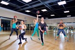 Grupo de mulheres no treinamento no gym fotografia de stock royalty free