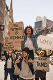 Grupo de mulheres que apreciam o protesto foto de stock royalty free
