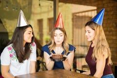 Grupo de mulheres que comemoram o aniversário no restaurante fotografia de stock royalty free