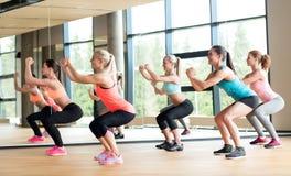 Grupo de mulheres que dão certo no gym Imagens de Stock Royalty Free