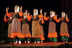 Grupo de mulheres que dançam na fase do festival do folclore Fotografia de Stock