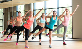 Grupo de mulheres que dão certo no gym Imagem de Stock Royalty Free