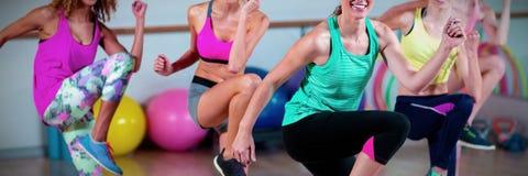 Grupo de mulheres que executam a ginástica aeróbica fotos de stock
