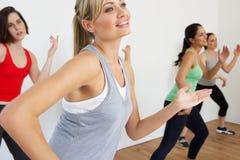 Grupo de mulheres que exercitam no estúdio da dança imagem de stock