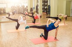Grupo de mulheres que fazem a ginástica aeróbica da etapa Imagens de Stock