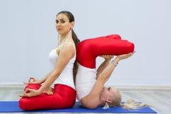 Grupo de mulheres que fazem a ioga praticando do grupo de pessoas da ioga dentro no gym foto de stock royalty free