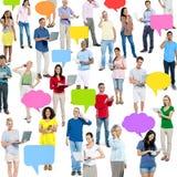 Grupo de multi povos étnicos com bolhas e Communicati do discurso Foto de Stock