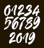 Grupo de números caligráficos do acrílico ou da tinta ABC para seu projeto, rotulação da escova em um fundo preto ilustração do vetor