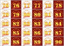 Grupo de números do ouro de 76 a 90 e da palavra do ano decorado com um círculo das estrelas Ilustração do vetor Traduzido de Imagem de Stock