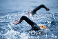 Grupo de nadadores desconocidos en el mar Fotografía de archivo