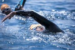 Grupo de nadadores desconocidos en el mar Imágenes de archivo libres de regalías