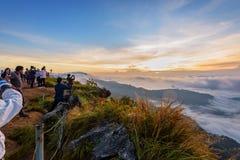 Grupo de nascer do sol de espera do turista em montanhas Imagem de Stock