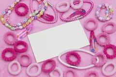 Grupo de niña del adolescente de botellas coloridas del esmalte de uñas, cintas del pelo, pulseras, collares, pinzas de pelo Fond Foto de archivo
