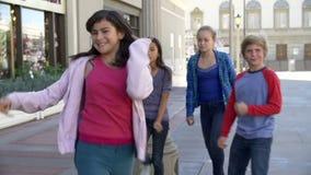 Grupo de niños adolescentes que presentan para la cámara en la cámara lenta almacen de metraje de vídeo