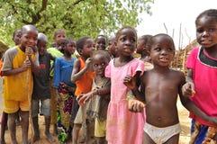 Grupo de niños africanos en la aldea Imagen de archivo libre de regalías