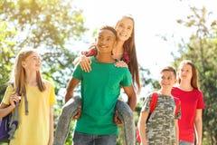 Grupo de niños al aire libre el día soleado Foto de archivo