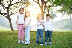 Grupo de niños asiáticos en al aire libre imágenes de archivo libres de regalías