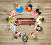 Grupo de niños con de nuevo a conceptos de la escuela Foto de archivo libre de regalías