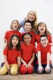 Grupo de niños con el profesor Enjoying Drama Workshop junto Foto de archivo libre de regalías