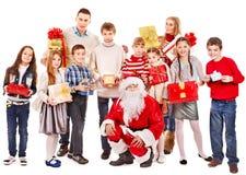 Grupo de niños con Papá Noel. Imagen de archivo libre de regalías