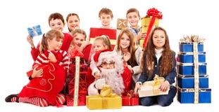 Grupo de niños con Papá Noel. Fotos de archivo libres de regalías