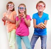 Grupo de niños divertidos con la presentación de las manzanas Foto de archivo