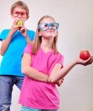 Grupo de niños divertidos con la presentación de las manzanas Fotografía de archivo