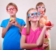 Grupo de niños divertidos con la presentación de las manzanas Fotos de archivo