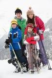Grupo de niños el día de fiesta del esquí en montañas Fotografía de archivo libre de regalías