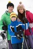 Grupo de niños el día de fiesta del esquí en montañas Imágenes de archivo libres de regalías