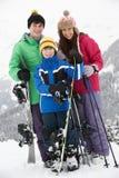 Grupo de niños el día de fiesta del esquí en montañas Fotos de archivo