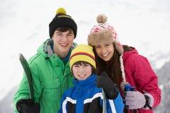 Grupo de niños el día de fiesta del esquí en montañas Imagenes de archivo