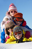 Grupo de niños el día de fiesta del esquí en montañas Foto de archivo libre de regalías
