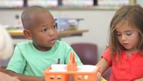 Grupo de niños elementales de la edad en Art Class almacen de metraje de vídeo