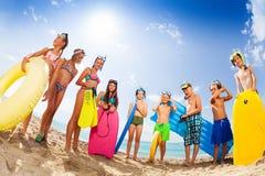 Grupo de niños en bañadores en la playa Imagen de archivo