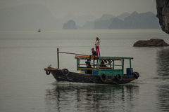 Grupo de niños en el barco, Halong, Vietnam Fotografía de archivo libre de regalías
