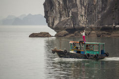 Grupo de niños en el barco, Halong, Vietnam Fotos de archivo