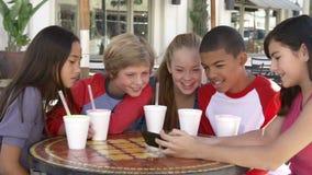 Grupo de niños en el ½ del ¿de Cafï que toma Selfie en el teléfono móvil metrajes