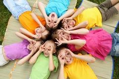 Grupo de niños en el parque Imagenes de archivo