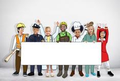 Grupo de niños en los sueños Job Uniform Holding Banner con la copia Imagen de archivo libre de regalías