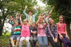 Grupo de niños en un banco de parque Fotografía de archivo