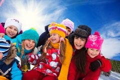 Grupo de niños felices afuera fotos de archivo