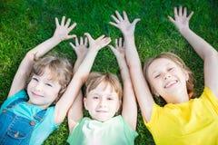 Grupo de niños felices que juegan al aire libre Foto de archivo libre de regalías