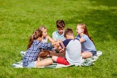Grupo de niños felices que ponen las manos juntas Foto de archivo libre de regalías