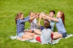Grupo de niños felices que ponen las manos juntas Fotografía de archivo