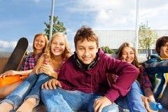 Grupo de niños felices que se sientan cerca de uno a Imágenes de archivo libres de regalías