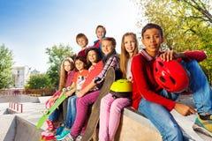 Grupo de niños internacionales con los monopatines Fotografía de archivo libre de regalías