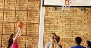 Grupo de niños de la High School secundaria que juegan a baloncesto almacen de metraje de vídeo