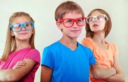Grupo de niños lindos con las lentes Fotografía de archivo libre de regalías